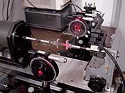 変形を加え、応力と複屈折を同時測定する装置