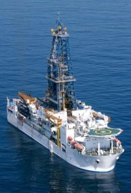 断層試料を採取した地球深部探査船「ちきゅう」 (JAMSTEC保有)