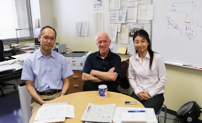 写真:左から長峯教授、シュロスマン教授、インタビュアー坂口