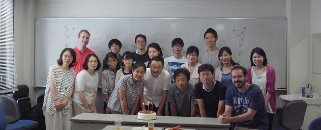 写真:柿本研究室メンバー(前列右から3番目が柿本教授)